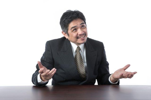 手の平を返したように態度が変わる中年パワハラ男性の上司