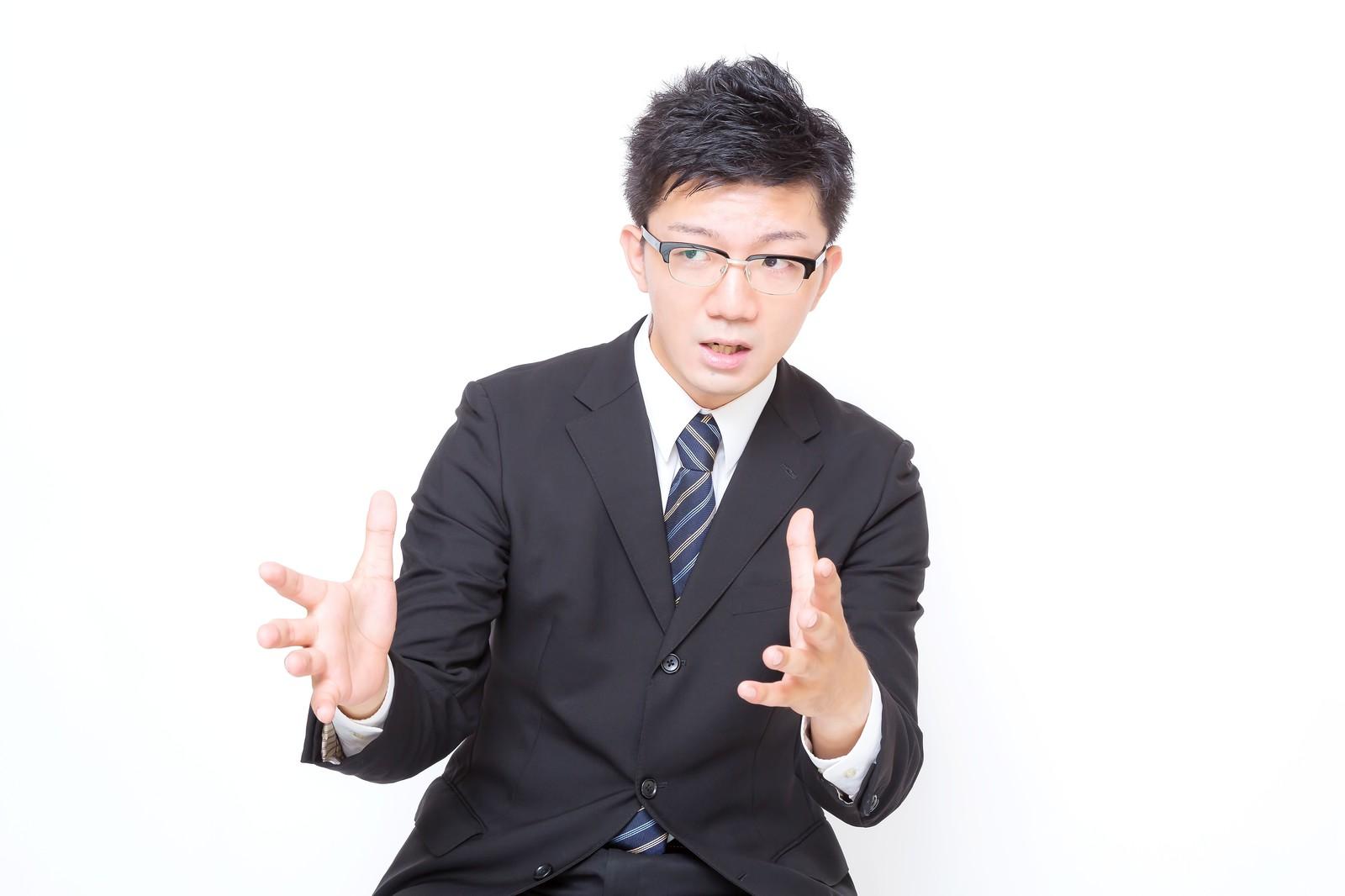 転職活動で無職期間を説明する男性