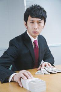 転職エージェントと給料交渉するビジネスマン