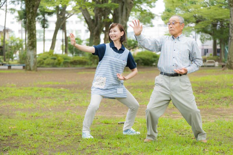 健康のために早朝の体操をする無職